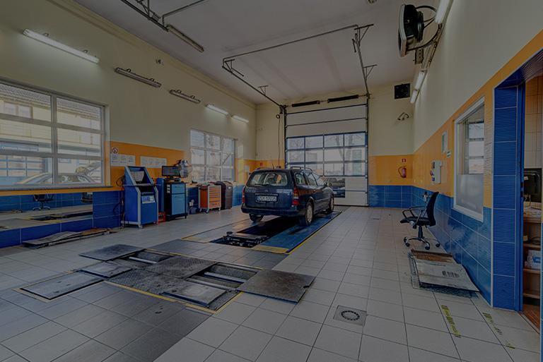 mechanik przeglądający silnik samochodu