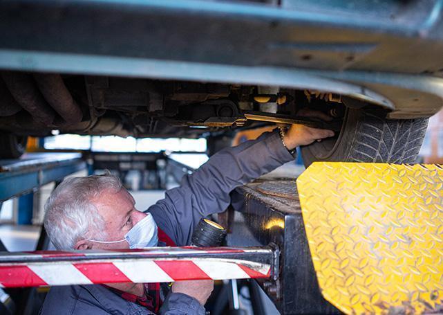 mechanik sprawdzający stan wahacza samochodu