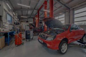 czerwony samochód z otwartą maską w warsztacie