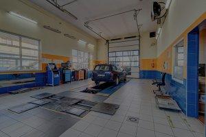 samochód osobowy w stacji kontroli pojazdów
